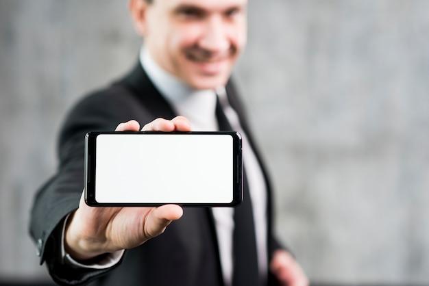 Homem negócios, mostrando, smartphone, com, claro, exposição