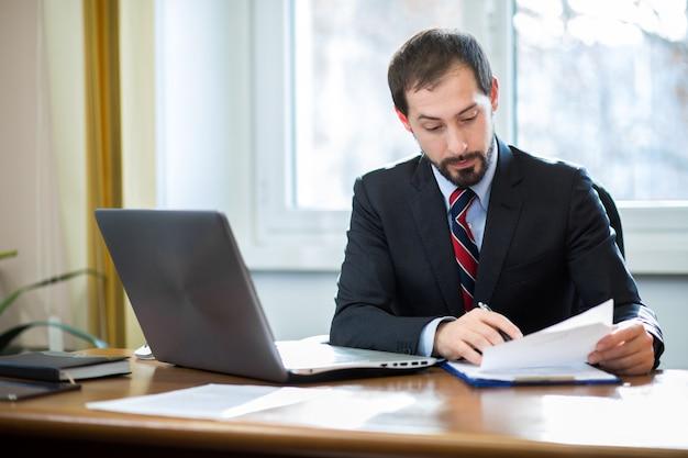 Homem negócios, no trabalho, em, seu, escritório