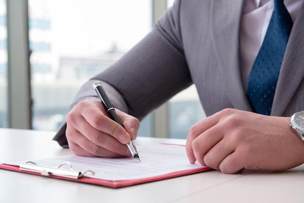 Homem negócios, notas levando, em, a, reunião
