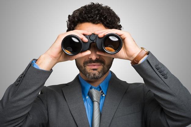 Homem negócios, observar, através, binóculos