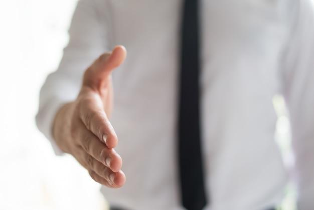 Homem negócios, oferecendo mão, para, aperto mão