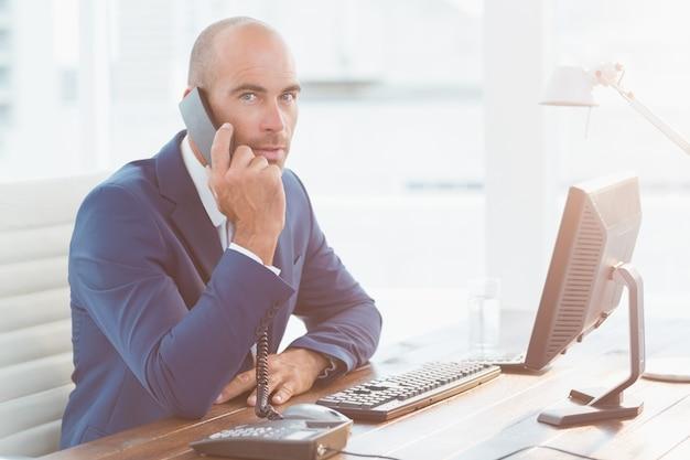 Homem negócios, olhando câmera, e, chamando
