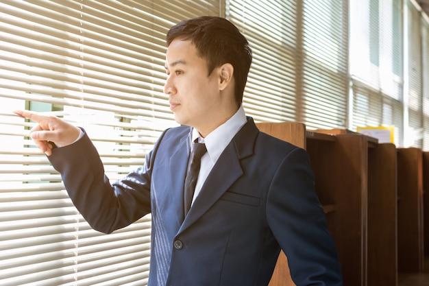 Homem negócios, olhar, exterior