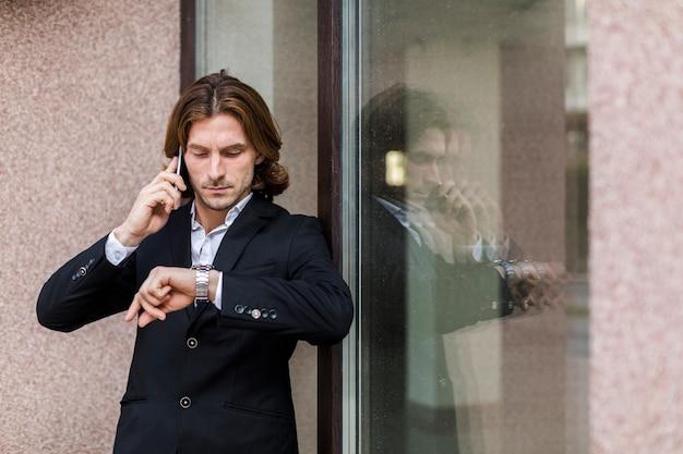 Homem negócios, olhar, seu, relógio