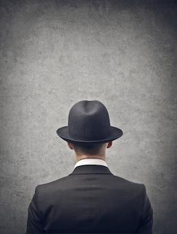Homem negócios, olhar, um, parede