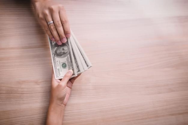 Homem negócios, pagando, dinheiro, -, dólar estados unidos, (usd), contas