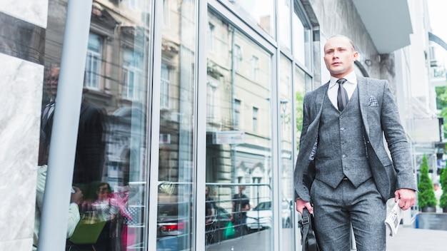 Homem negócios, passagem, por, vidro, janela