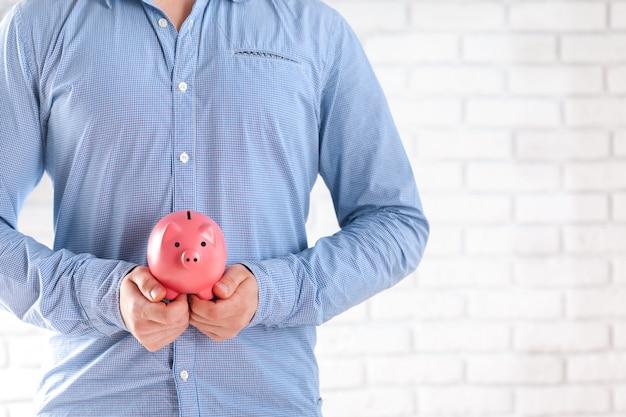 Homem negócios, protegendo, seu, poupanças
