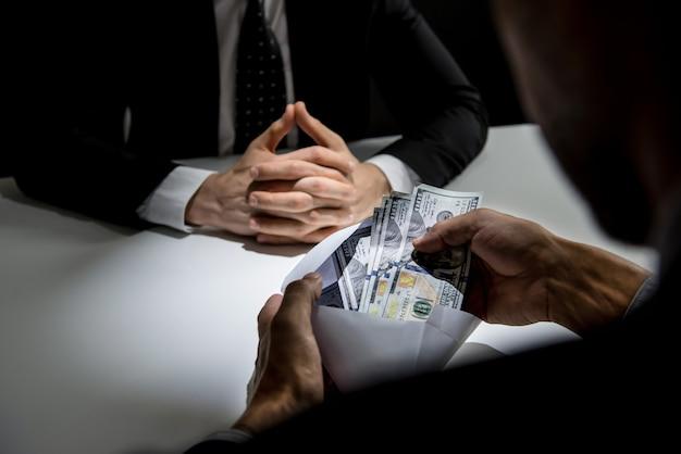 Homem negócios, recebendo, dinheiro