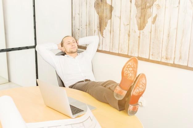 Homem negócios, relaxante, em, escritório