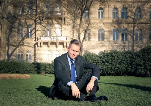 Homem negócios, relaxante, em, um, parque