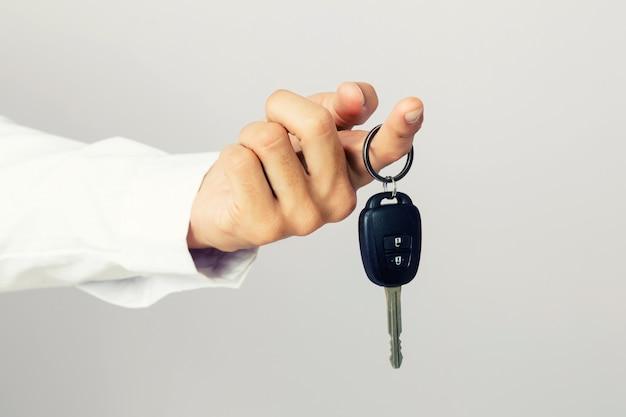 Homem negócios, segurando, a, carro, tecla