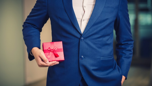 Homem negócios, segurando, a, vermelho, caixa presente