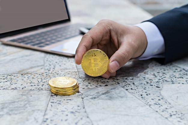 Homem negócios, segurando, bitcoin