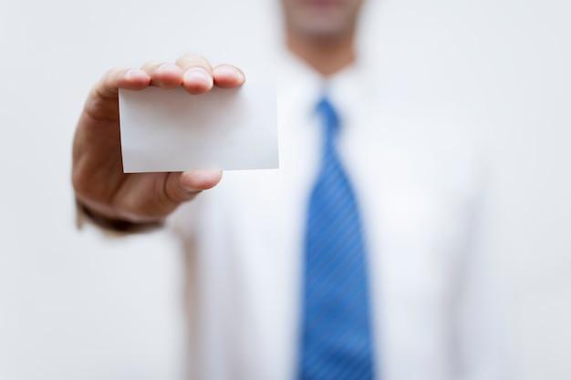 Homem negócios, segurando, branca, cartão negócio, em, seu, mão