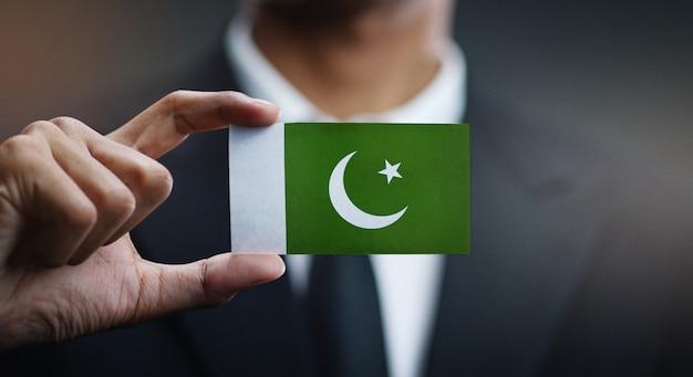 Homem negócios, segurando, cartão, bandeira paquistão