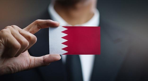 Homem negócios, segurando, cartão, de, bahrain, bandeira