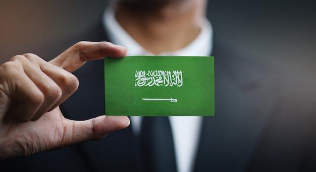 Homem negócios, segurando, cartão, de, bandeira arábia saudita