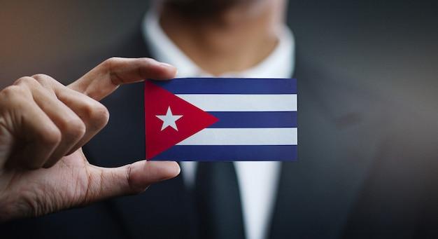 Homem negócios, segurando, cartão, de, bandeira cuba