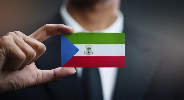 Homem negócios, segurando, cartão, de, bandeira guiné equatorial
