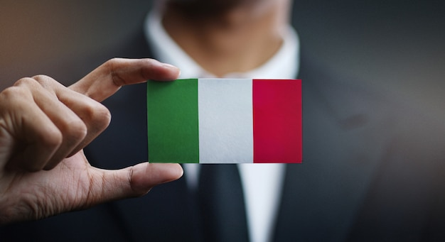 Homem negócios, segurando, cartão, de, bandeira itália
