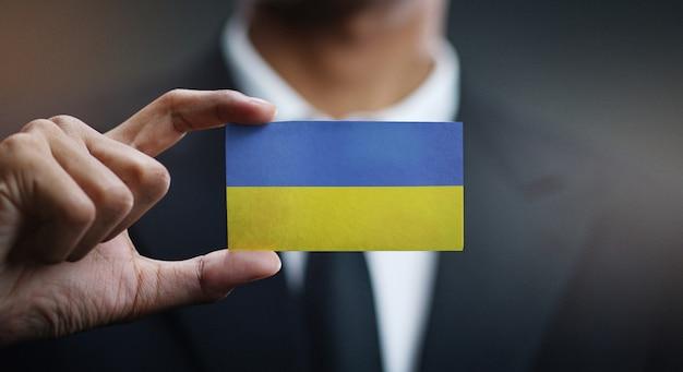 Homem negócios, segurando, cartão, de, bandeira ucrânia