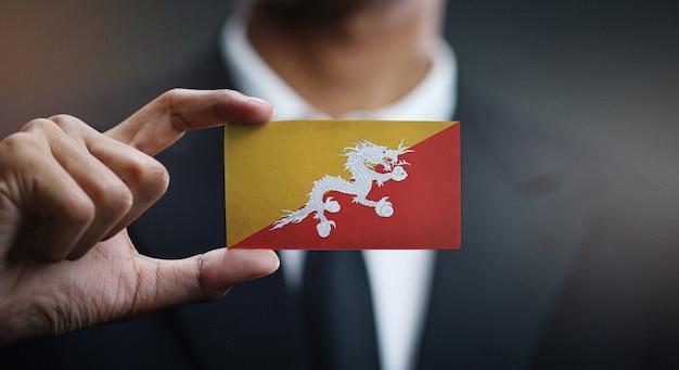 Homem negócios, segurando, cartão, de, bhutan, bandeira