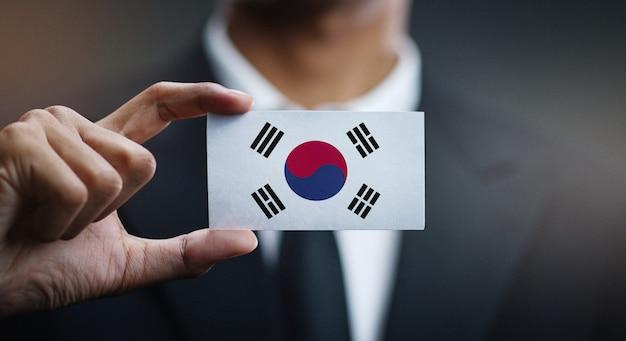 Homem negócios, segurando, cartão, de, coréia sul, bandeira