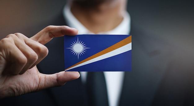 Homem negócios, segurando, cartão, de, ilhas marshall, bandeira