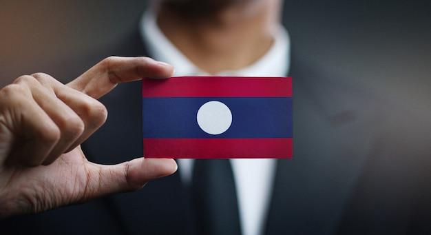 Homem negócios, segurando, cartão, de, laos bandeira