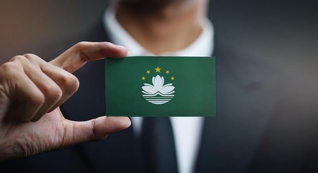 Homem negócios, segurando, cartão, de, macau, bandeira