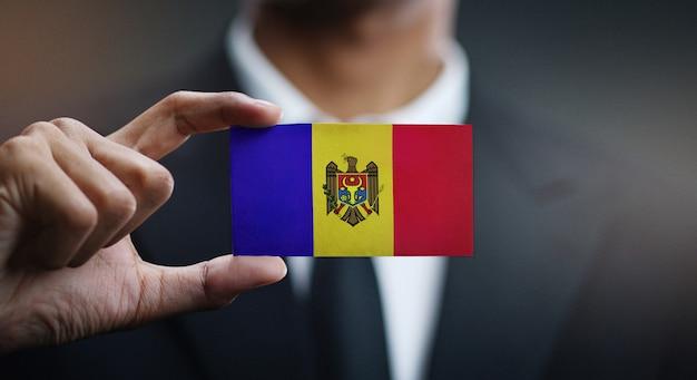 Homem negócios, segurando, cartão, de, moldova, bandeira
