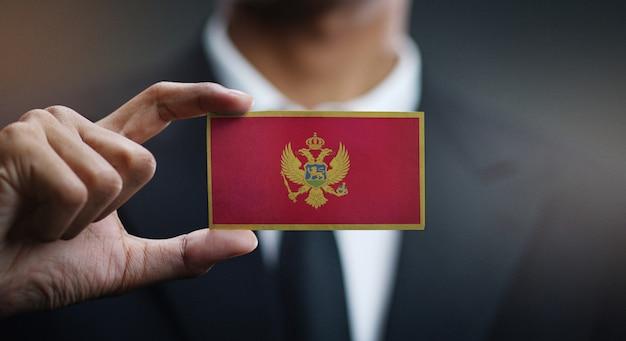 Homem negócios, segurando, cartão, de, montenegro, bandeira