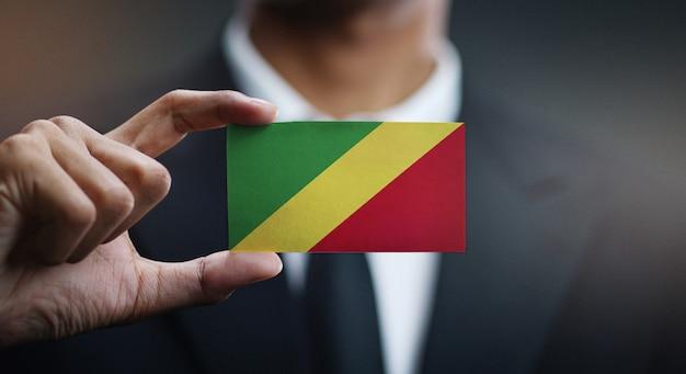 Homem negócios, segurando, cartão, de, república congo bandeira
