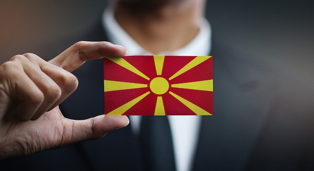 Homem negócios, segurando, cartão, de, república macedonia, bandeira
