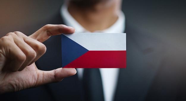 Homem negócios, segurando, cartão, de, república tcheca, bandeira