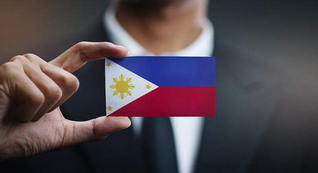 Homem negócios, segurando, cartão, filipinas, bandeira