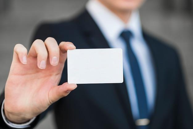 Homem negócios, segurando, cartão negócio, modelo