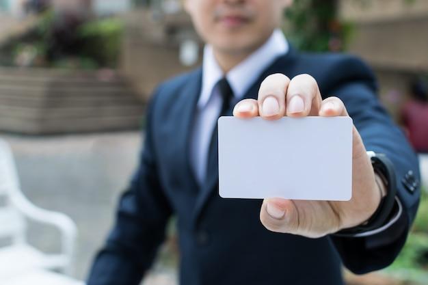 Homem negócios, segurando, cartão negócio