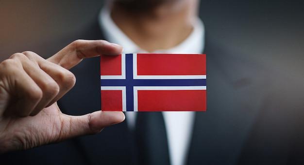 Homem negócios, segurando, cartão, noruega, bandeira