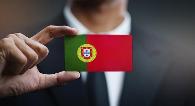 Homem negócios, segurando, cartão, portugal, bandeira