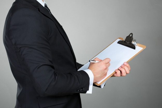 Homem negócios, segurando clipboard