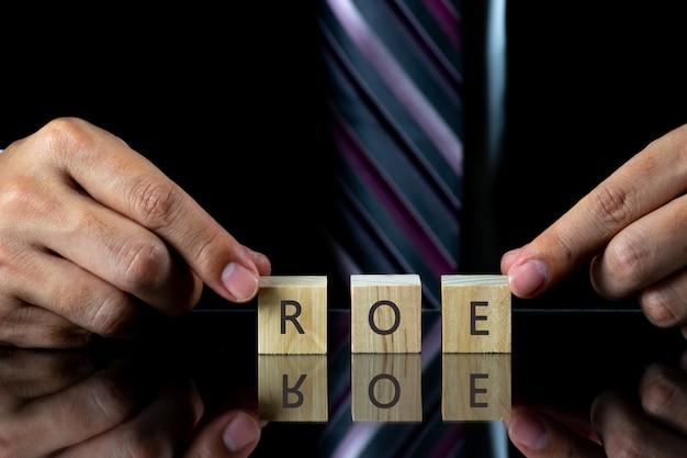 Homem negócios, segurando, cubo madeira, para, enchimento, palavra