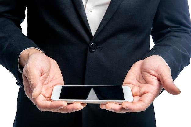 Homem negócios, segurando, esperto, telefone, com, em branco, tela, para, copyspace