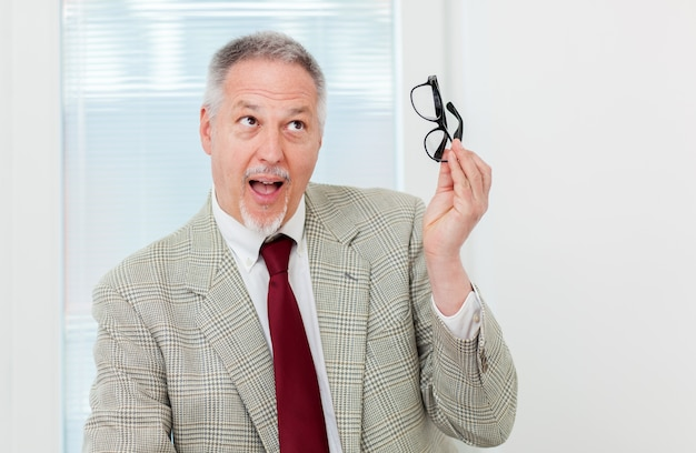 Homem negócios, segurando, glassesand, ter uma idéia