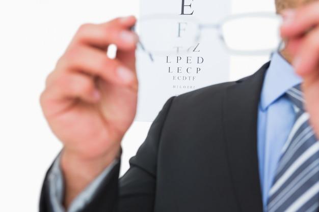 Homem negócios, segurando, óculos