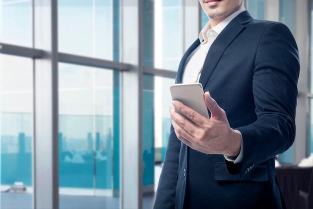 Homem negócios, segurando, seu, telefone móvel