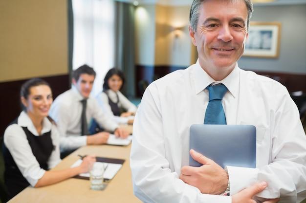 Homem negócios, segurando, tablete digital, em, reunião