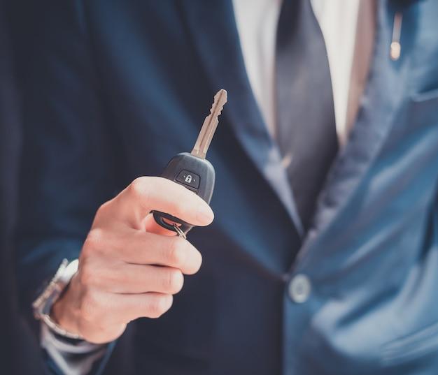 Homem negócios, segurando, um, carro, tecla
