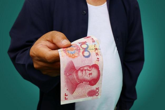 Homem negócios, segurando, yuan, rmb, em, seu, mãos